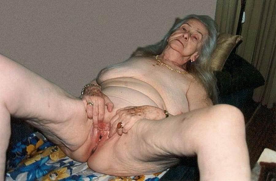 strashnaya-tetka-masturbiruet